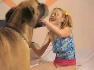 Sex chó cưng bắn tinh vào lồn cô chủ nhỏ