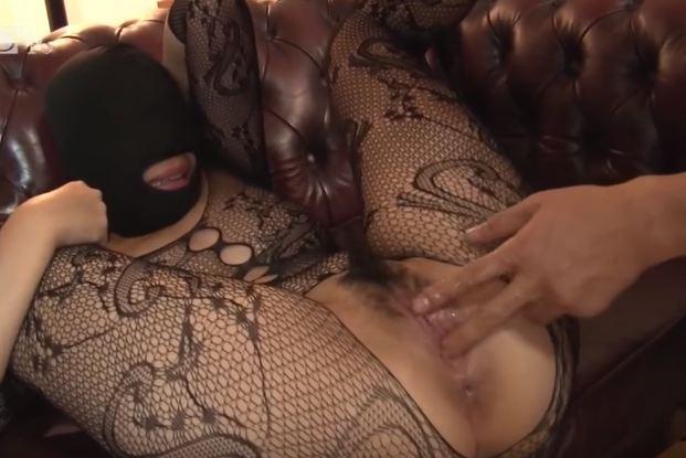 Em gái trùm khăn bịt mặt khi làm tình