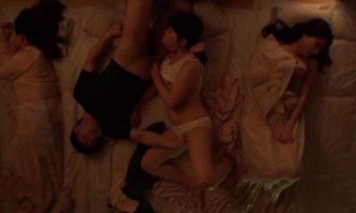 Lẽn vào phòng đụ một lúc 2 chị em đang ngủ