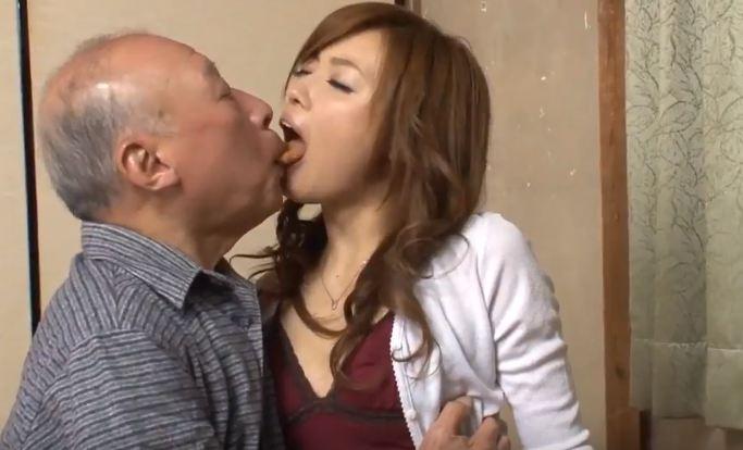 Con dâu đút cơm bằng miệng cho ông cụ già