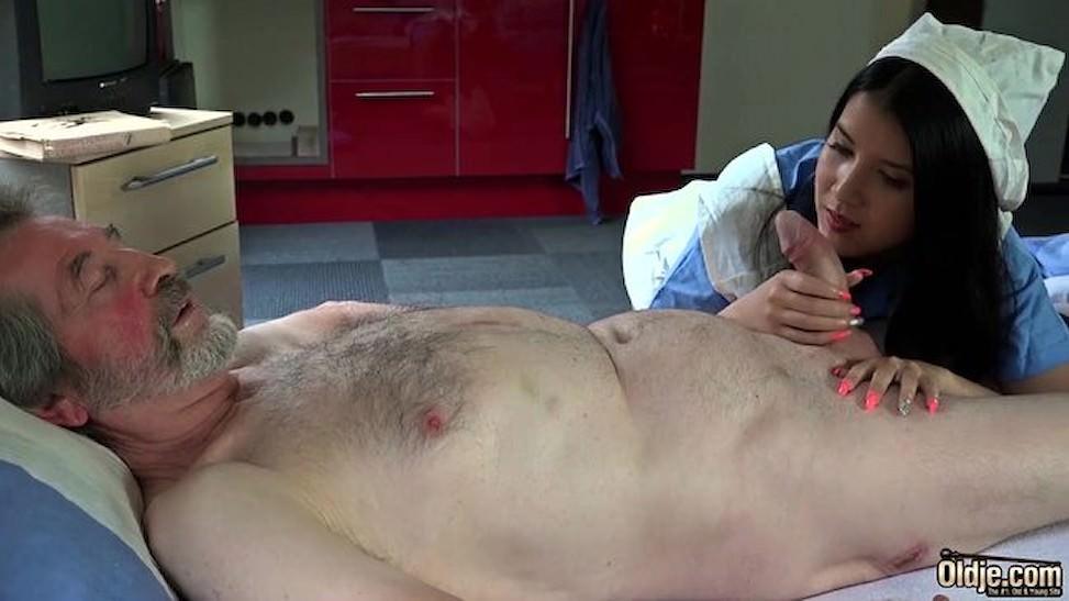 Cô y tá điều dưỡng Viện dưỡng lão