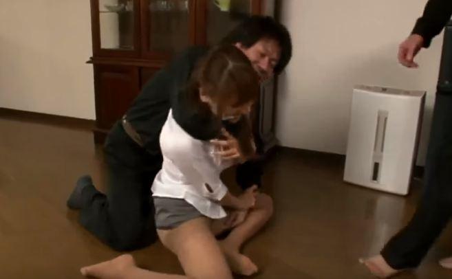 Cưỡng bức cô gái ở nhà lẻ loi vì cô đơn
