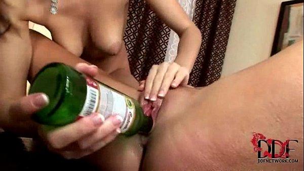 Clip sex thủ dâm đút chai bia vào lồn