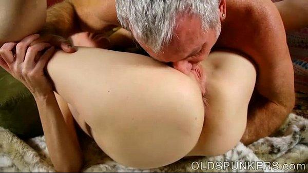 Ông già bú lồn gái trẻ