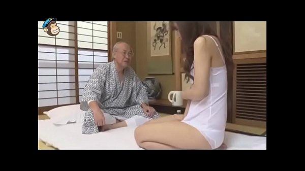 Lão già được gái trẻ phục vụ