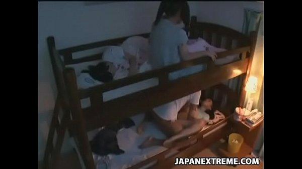 Loạn luân anh em giường tầng trong đêm khuya
