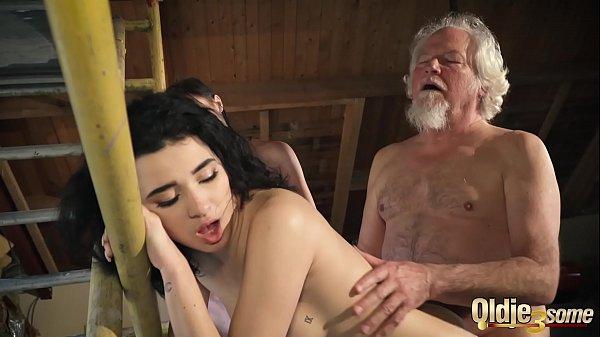 Ông già sung sướng địt cùng lúc 2 em xinh tươi
