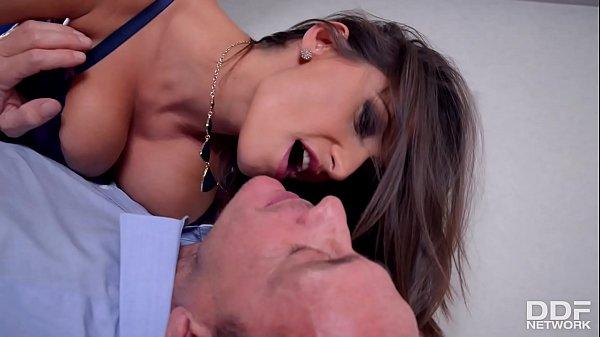 Gái dâm vú to đè trai ra địt ko kịp trở tay