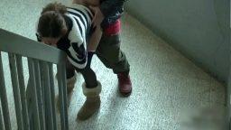 Cô gái dâm địt anh quản lý ngoài cầu thang